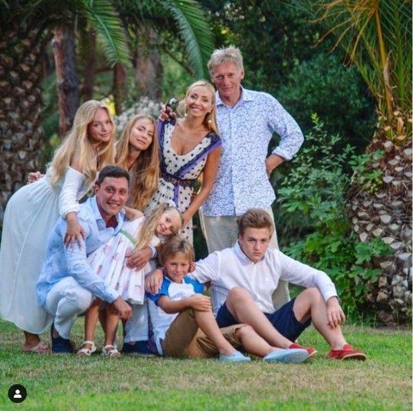 Татьяна Навка показала фото с шестью детьми