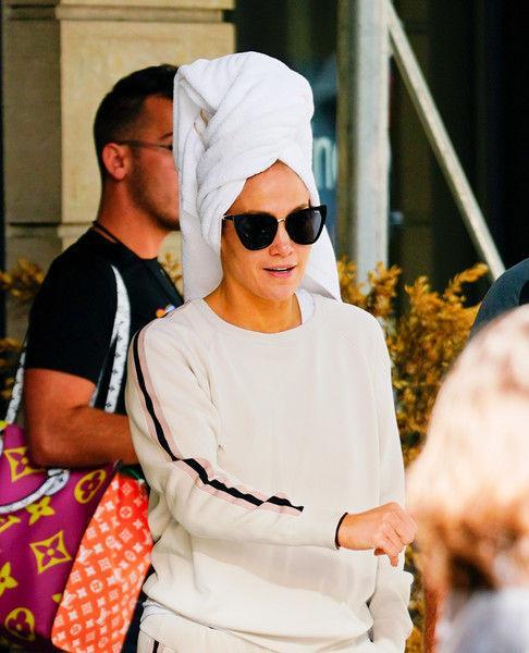 Джей Ло подловили без макияжа и с полотенцем на голове