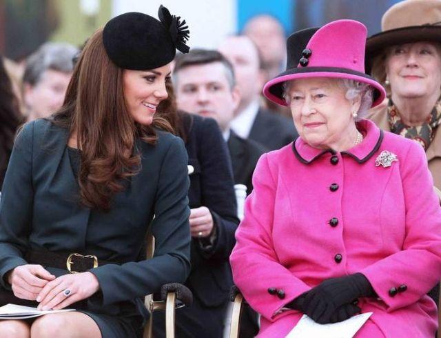 Кейт Миддлтон вместе с принцем Уильямом и Елизаветой II посетила воскресную службу (ФОТО)