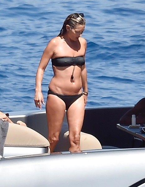 45-летняя Кейт Мосс показала неидеальную фигуру в купальнике