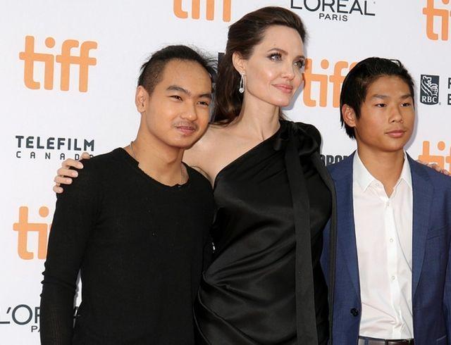 """""""Мэддокс крепко обнял меня, когда мы прощались"""": Анджелина Джоли о том, как провожала сына в университет"""