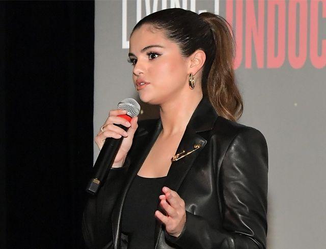 Дерзкий total black: Селена Гомес в кожаном костюме на премьере нового фильма Netflix
