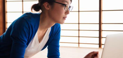 Дресс-код по-японски: женщинам запретили носить очки на работе