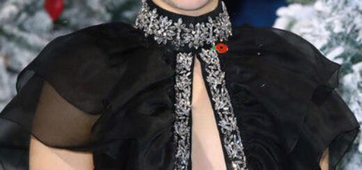 Эмилия Кларк поразила нелепым платьем и глубокими морщинами