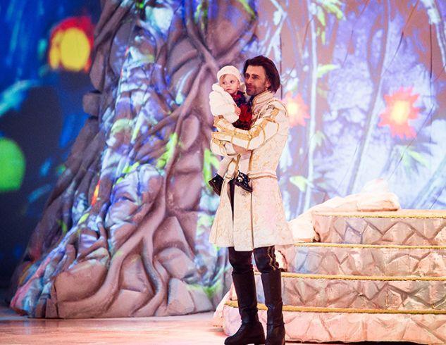Петр Чернышев после шоу на льду представил арене годовалую дочь от Анастасии Заворотнюк (ФОТО)