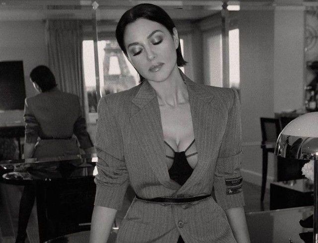 На столе и с видом на Париж: чувственная и откровенная фотосессия Моники Беллуччи (ФОТО)