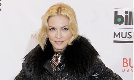 Мадонна засветила в зеркале силиконовые ягодицы