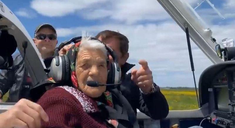 Видео дня: 90-летняя бабушка из Закарпатья села за штурвал самолета