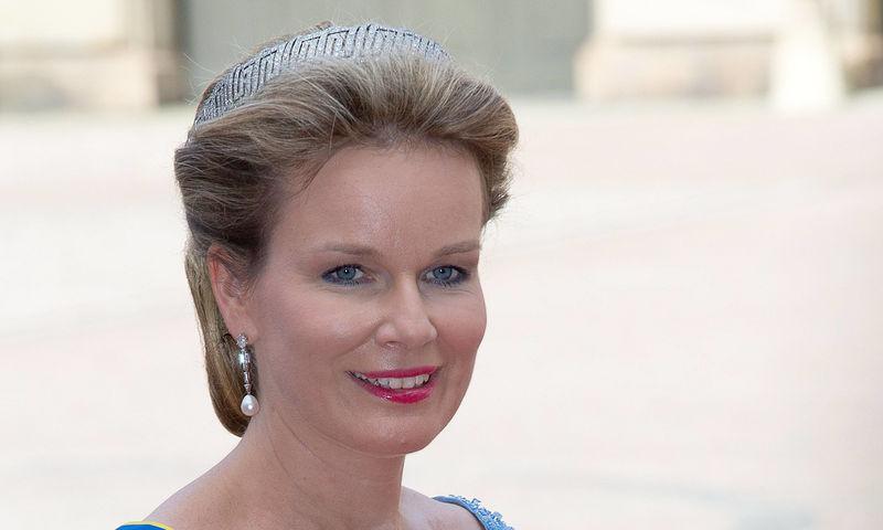 Королева Бельгии надела сверкающие штаны, которым позавидует Кардашьян