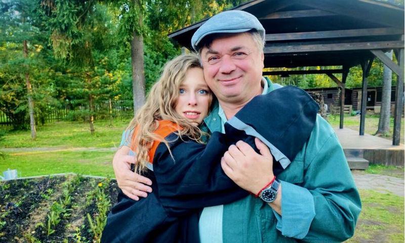 Арзамасова объяснила «очумевший взгляд» встречей с экранным отцом