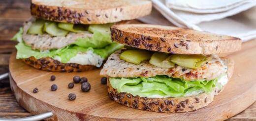 Сэндвич со свининой и маринованным огурцом
