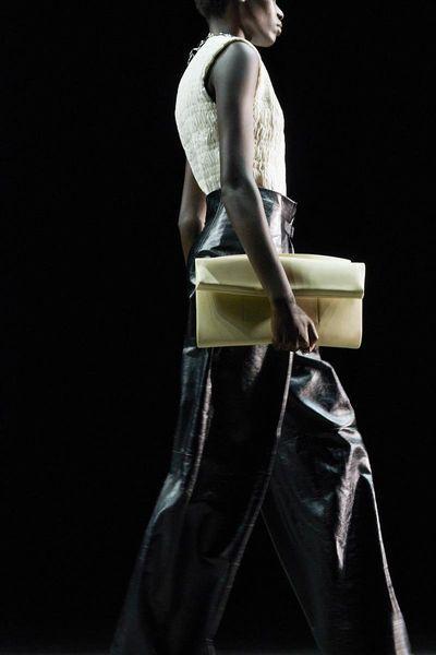 Шелковые платья, золото и много кожи: Jil Sander выпустили новую коллекцию весна-лето 2021 (ФОТО)